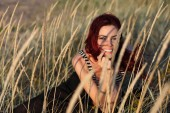 Photo portrait of a young woman hiding in the grass