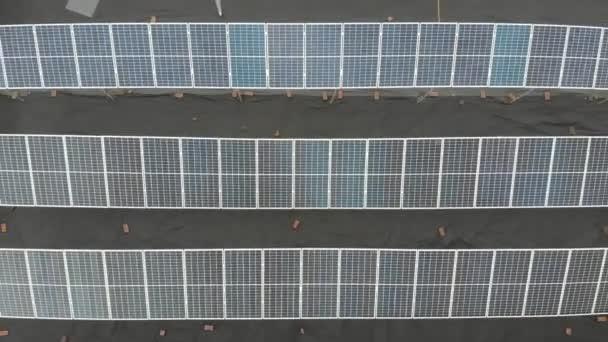 Sonnenkollektoren elektrifizieren die Nachhaltigkeit des Planeten. Grüne Energie für zu Hause. Solarzellen treiben das Geschäft mit Kraftwerken an. Ökologische saubere Energie. Blaue Tafeln am Boden.