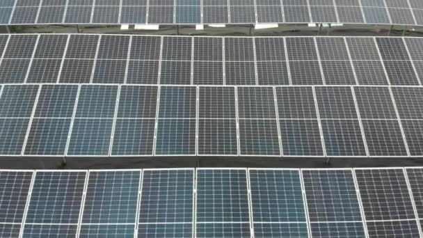 Solarzellen aus Drohnen. Alternative Solaranlagen. Nachhaltigkeit des Planeten. Grüne Energie für zu Hause. Sonnenblaue Elektromodule stehen reihenweise auf dem Boden