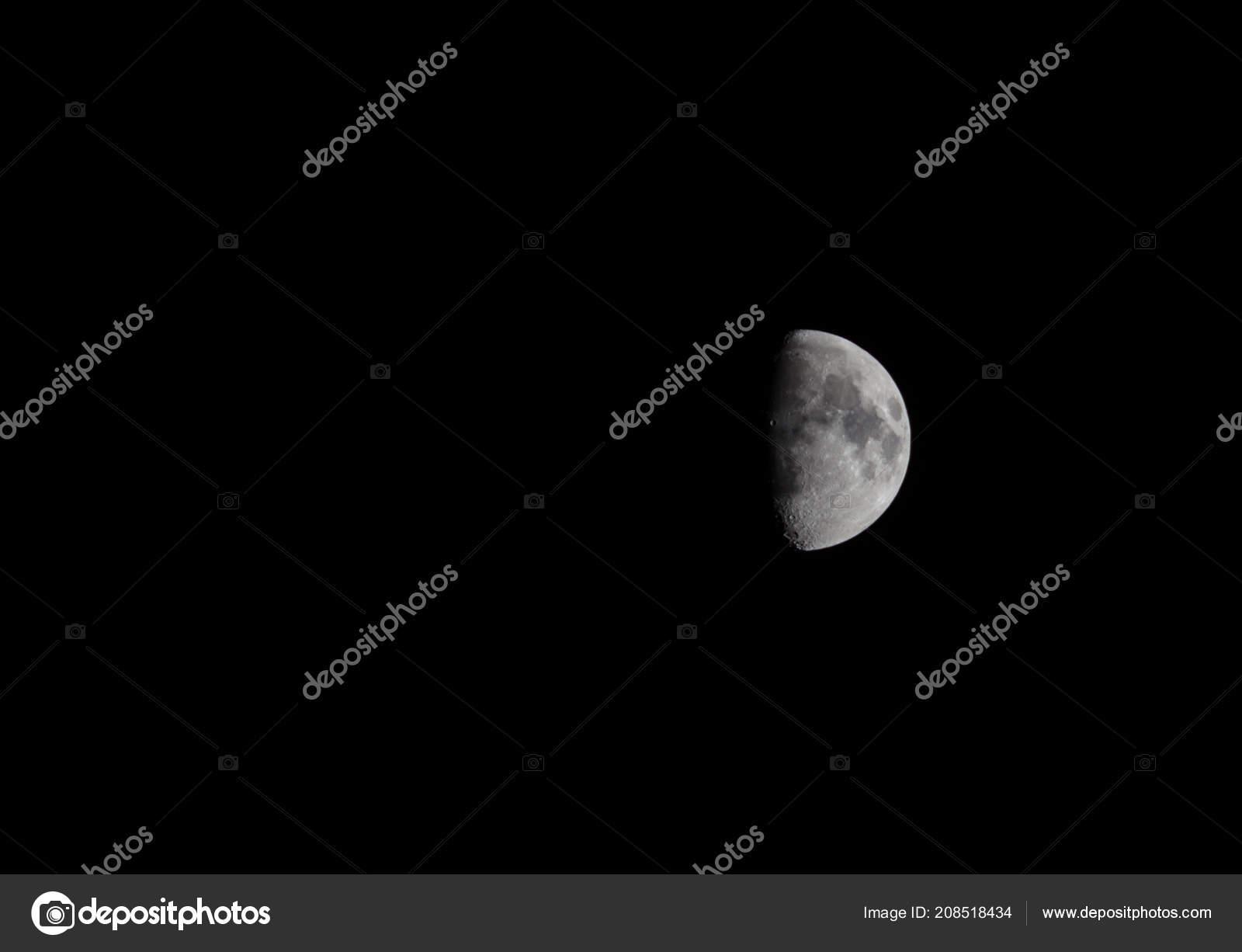 Cuarto Luna Fondo Negro — Fotos de Stock © tendo23 #208518434