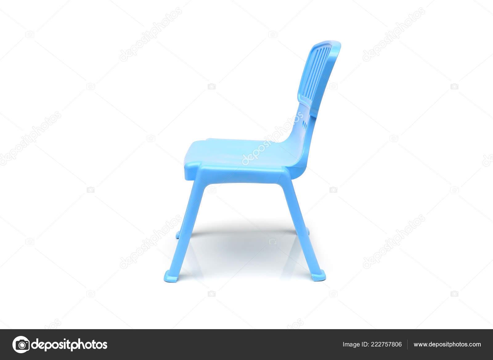 Piccolo sedie plastica blu bambino isolato bianco u2014 foto stock