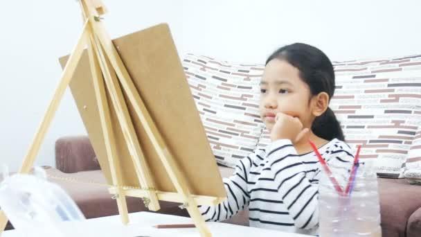 Ázsiai kislány rajz és a festészet papír művészet oktatási koncepció
