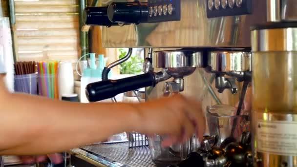 4k daleko vystřelí rukou barista extrahovat espresso z kávy bean