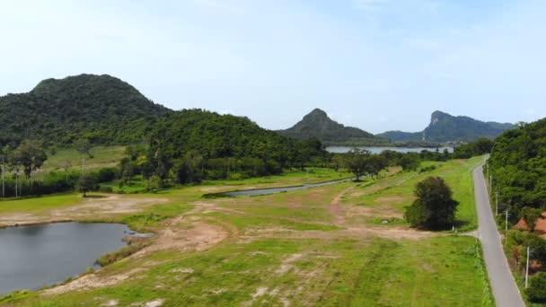 4 k Drone lövés légifelvételek festői táj természet hegy és erdő sor Thaiföld