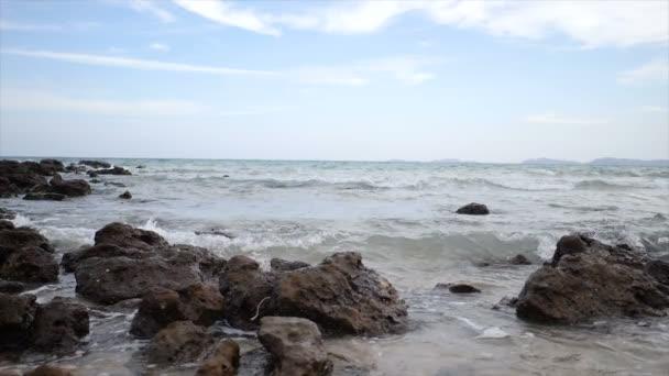 Lassított lejátszás festői táj, a természet hullám tengerpart strand-kő és a rock a nyári vakáció koncepció