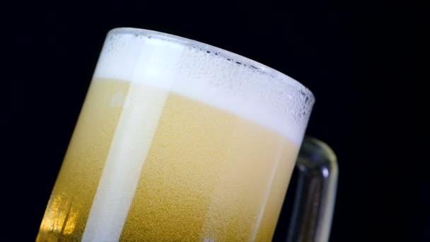 4k Zeitlupe Bier im Glas mit Blase vor dunklem Hintergrund