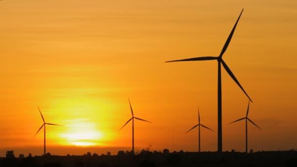 Silueta větrné turbíny nad slunce ekologie energetické koncepce pro elektrické výrobce technologie alternativní formě čistou větrnou