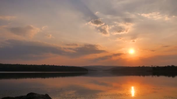 Drone lövés légifelvételek táj látványos trópusi folyó naplemente, természet és a sötét erdő és a feldolgozott gabona