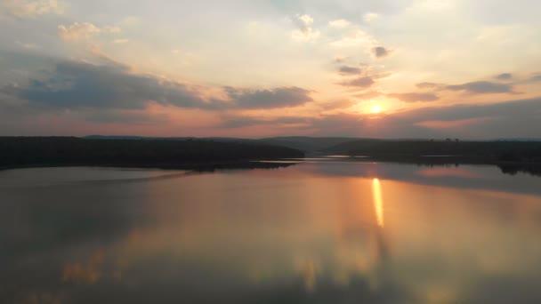 Drone lövés légifelvételek festői trópusi folyó naplemente a természet hegyi táj, és erdő a gabona feldolgozása