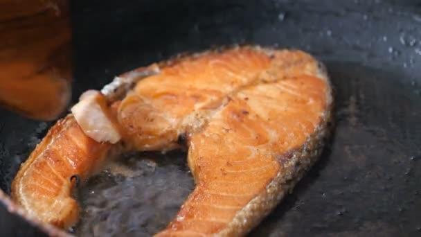 Nahaufnahme Shot Kochen und Grillen Lachssteak in der heißen Pfanne das Essen für die Gesundheit