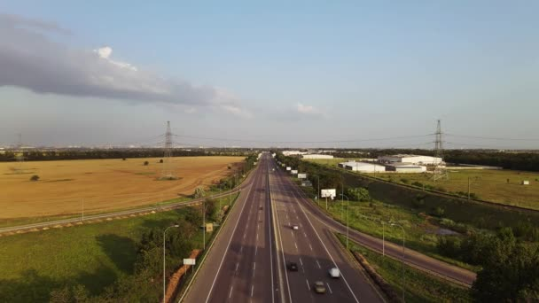 Dopravní vozy na mostě Clover. Nákladní doprava. Letecký pohled