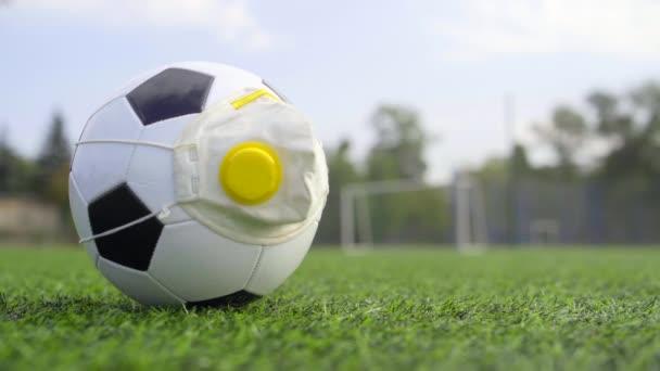 Légzőkészülék szeleppel a focilabdán. Labdarúgás Fekete-fehér labda az üres stadionban a Coronavirus világjárvány idején.