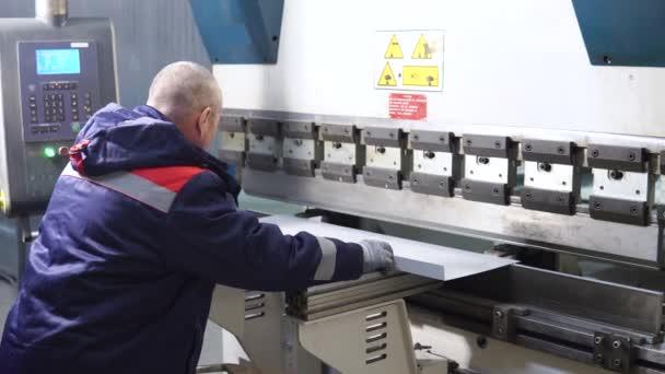 Operatore lavoro taglio e piegatura lamiera di lamina di metallo di alta precisione macchina piegatubi, lamina di metallo di controllo di cnc curvatrice in fabbrica