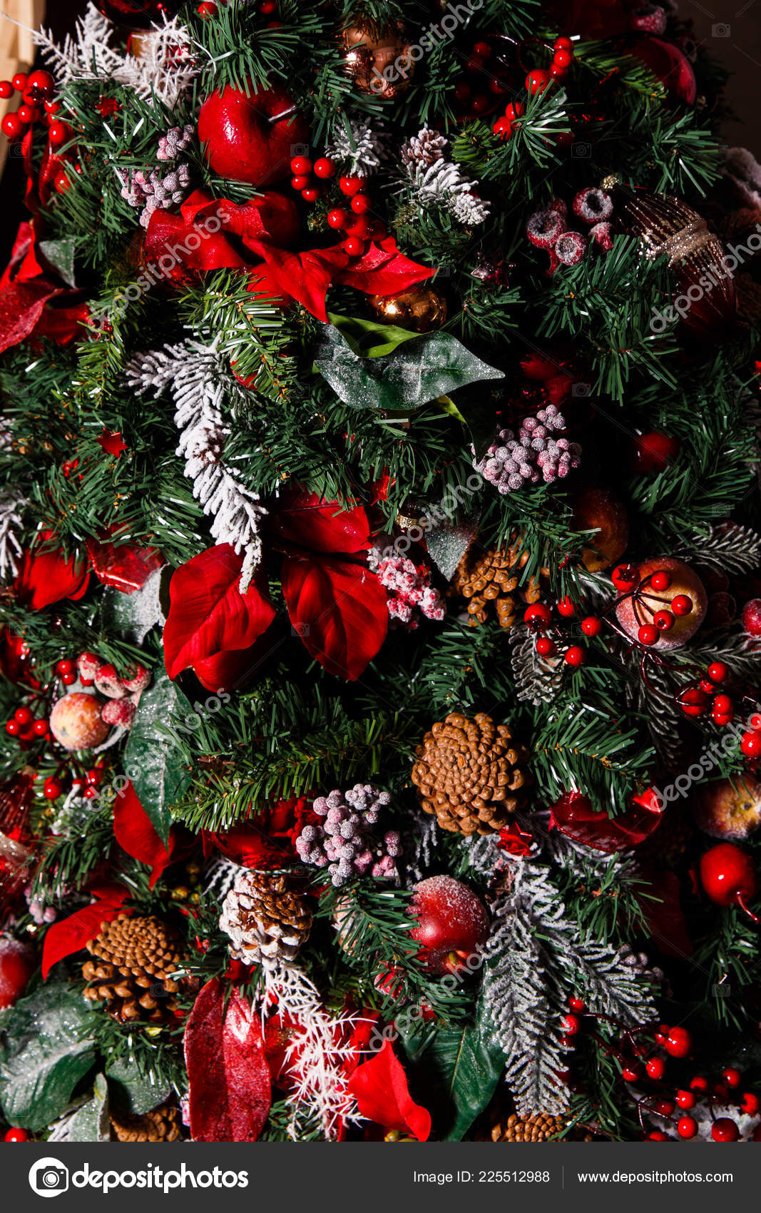 Albero Con Bacche Rosse photo of decorated christmas tree with cones, red berries