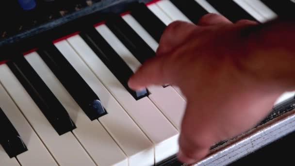 Musik spielender Mann Hand Synthesizer Klavier über Tasten laufen lassen