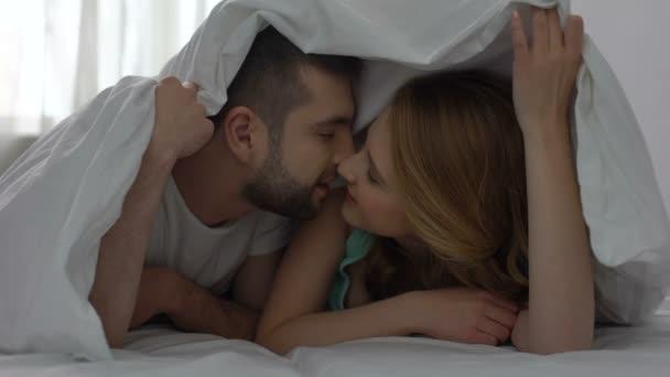 Сайт секс в кровати бод одеялом видео бесплатно