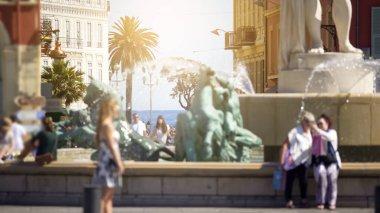 İnsanlar tarafından yürüyüş ve güneş çeşme de Nice, şehir hayatının yakınındaki fotoğraf çekimi