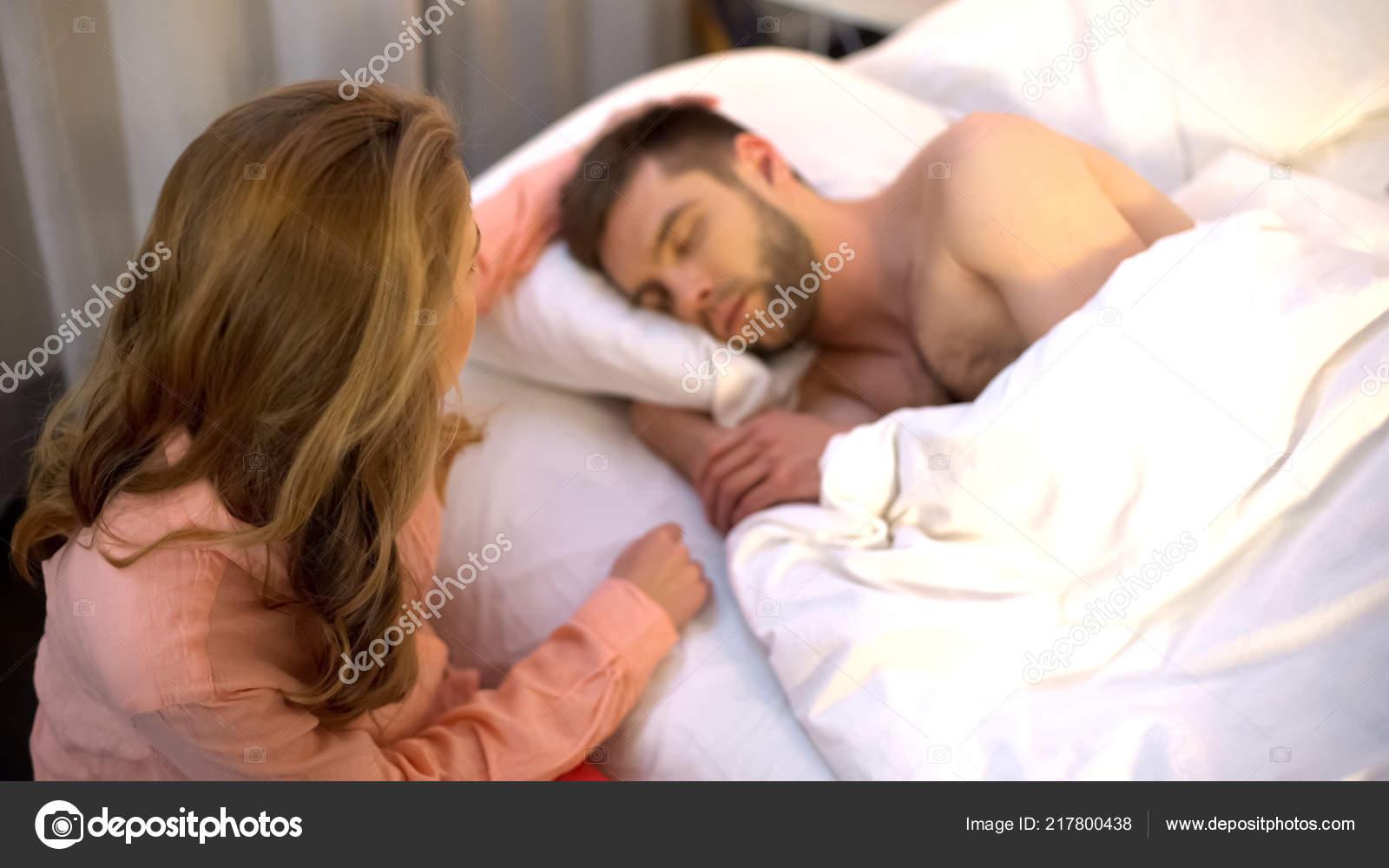 Тетя сосет пока спит, Тетка сосет член у спящего племянника, разбудила для 23 фотография