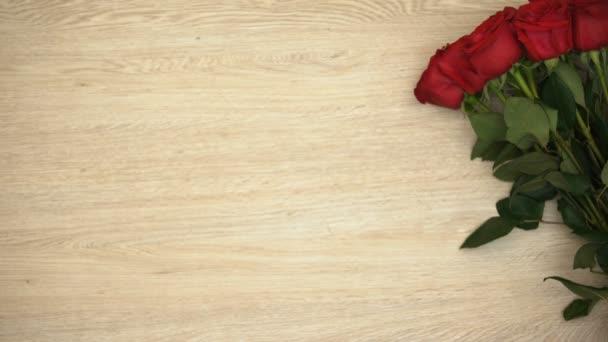 Frase Do Dia Dos Namorados De St Masculino Mãos Colocando Caixa De Presente Perto De Ramo De Rosas Amor