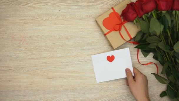 Frase De Dia Dos Namorados De St Mão Colocando O Envelope Perto Monte De Rosas E Caixa De Presente