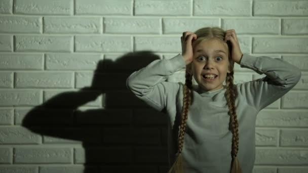 Девка громко кричит от страха, как парень лижет многим девушкам по очереди