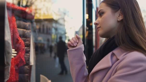 Chica Triste En La Ventana De La Tienda Soñar Con Vestido Caro Ventas Y Descuentos