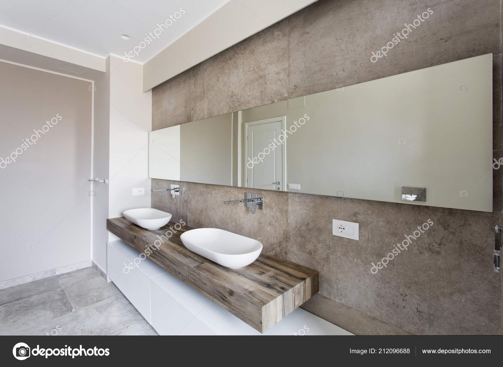 Moderne badkamer met dubbele wastafel badkamer sanitair geschorst