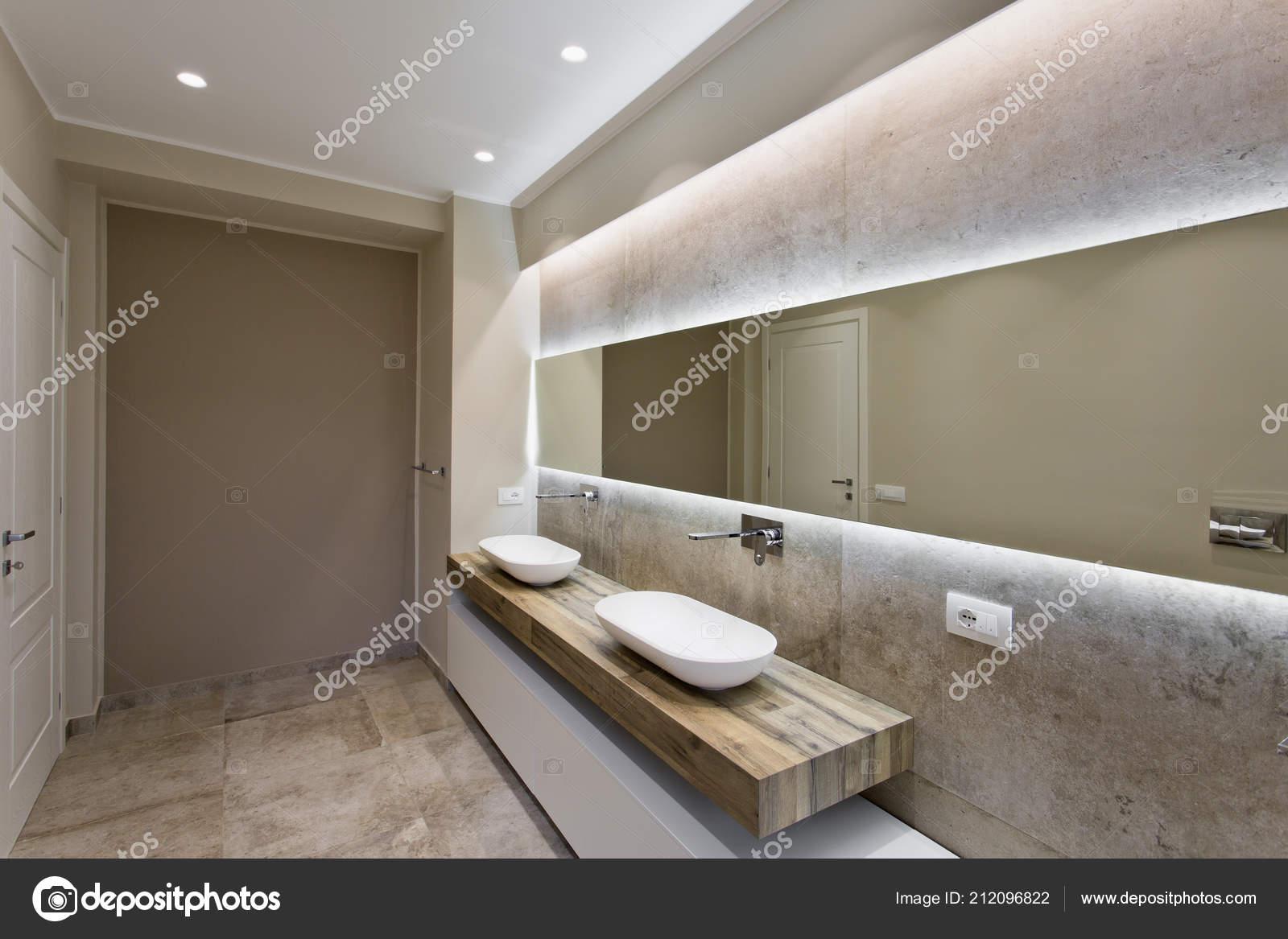 Lavabi Moderni Per Bagno.Moderno Bagno Con Doppio Lavabo Bagno Sanitari Sospesi Foto Stock