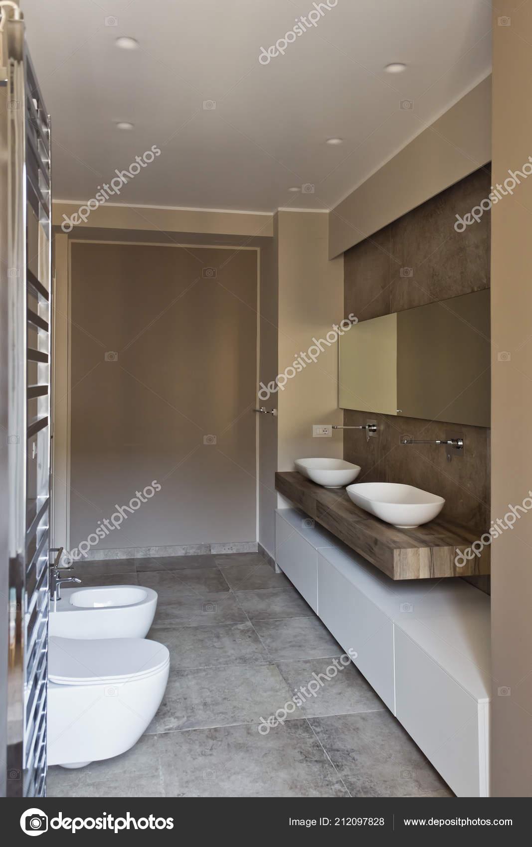 Modernes Bad Mit Doppelwaschbecken Bad Sanitärkeramik Ausgesetzt U2014 Stockfoto