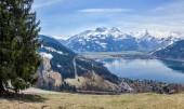Panorama delle Alpi con Zell am See e il lago Zeller. Panorama della sorgente del lago e le montagne delle Alpi in dietro