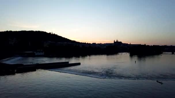 Noční časový interval Prahy s Pražským hradem na pozadí. Pohled přes řeku Vltavy na hrad.