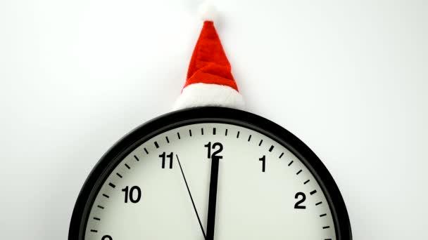 A fehér óra öt másodpercet mutat éjfélig, a fehér háttéren. Visszaszámlálás az új évig