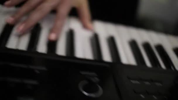 Hudebník hraje na klávesy klávesnice syntezátor na koncertních pódiích