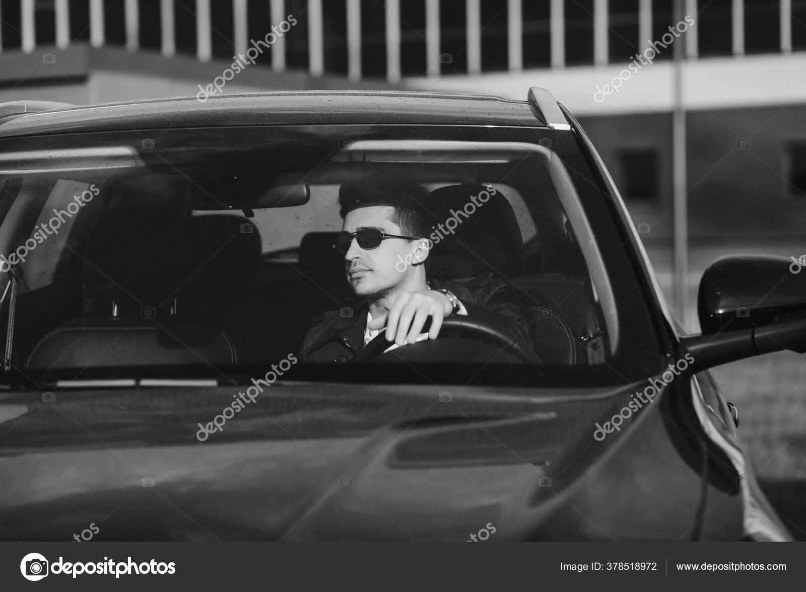 тут еще фото мужчина боком за рулем в очках находит применение