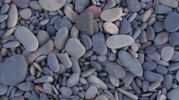 krásné mořské kameny na břehu