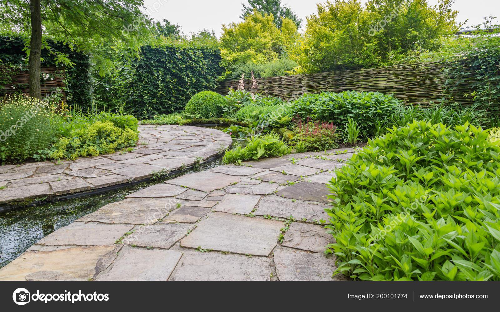 Tuin ontwerp met elementen van de water u2014 stockfoto © photoweges