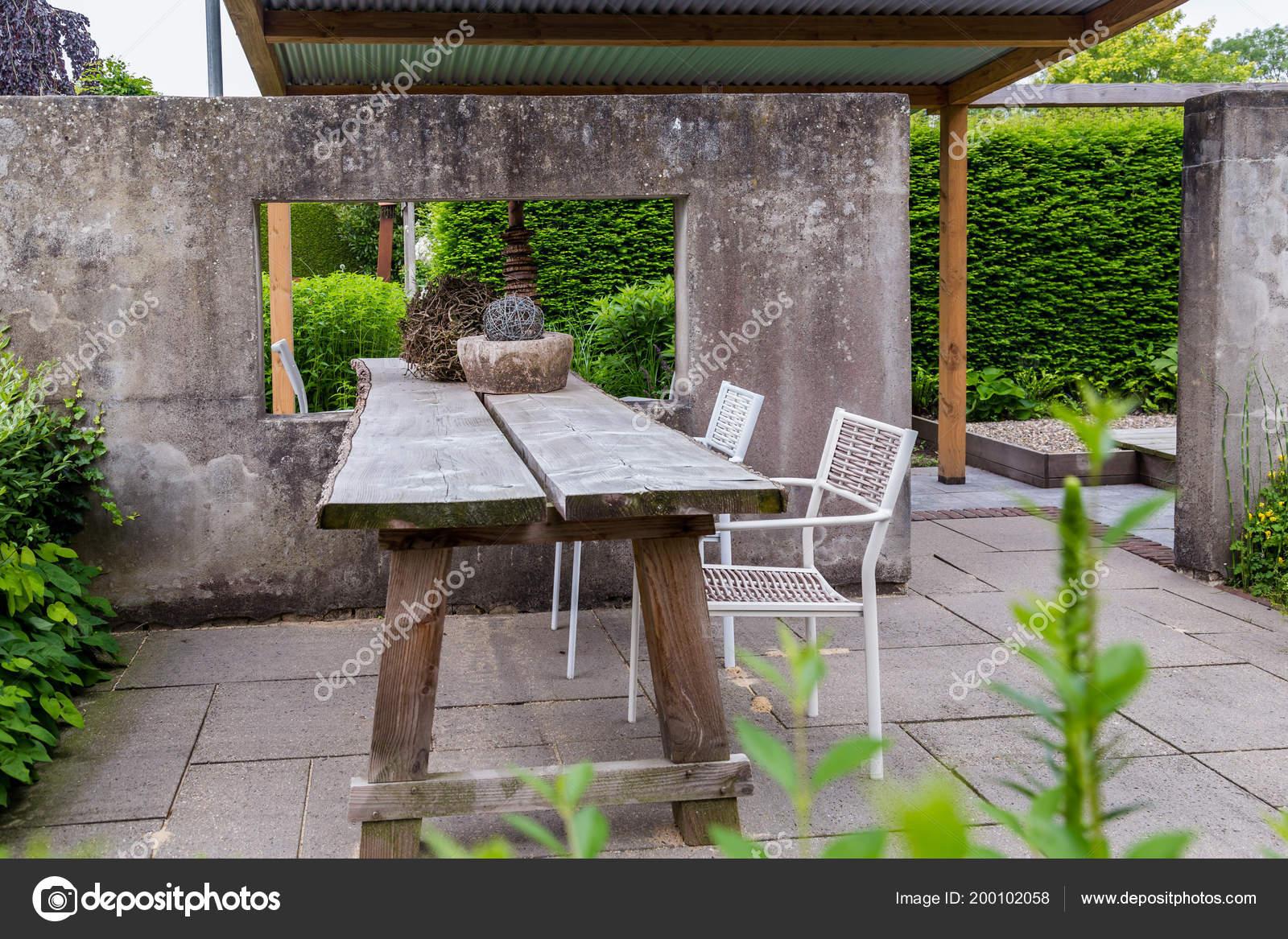 Tavoli Cemento Da Giardino.Giardino Design Con Muro Di Cemento E Trable Foto Stock