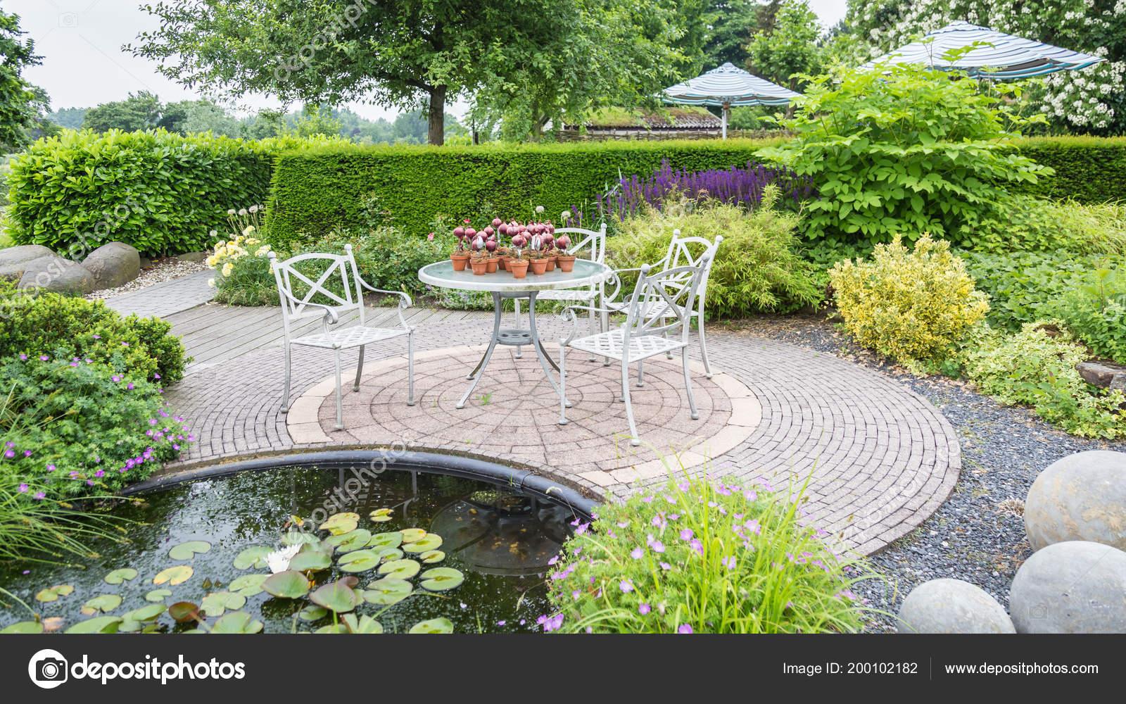 Gartengestaltung Mit Teich Und Terrasse Stockfoto C Photoweges