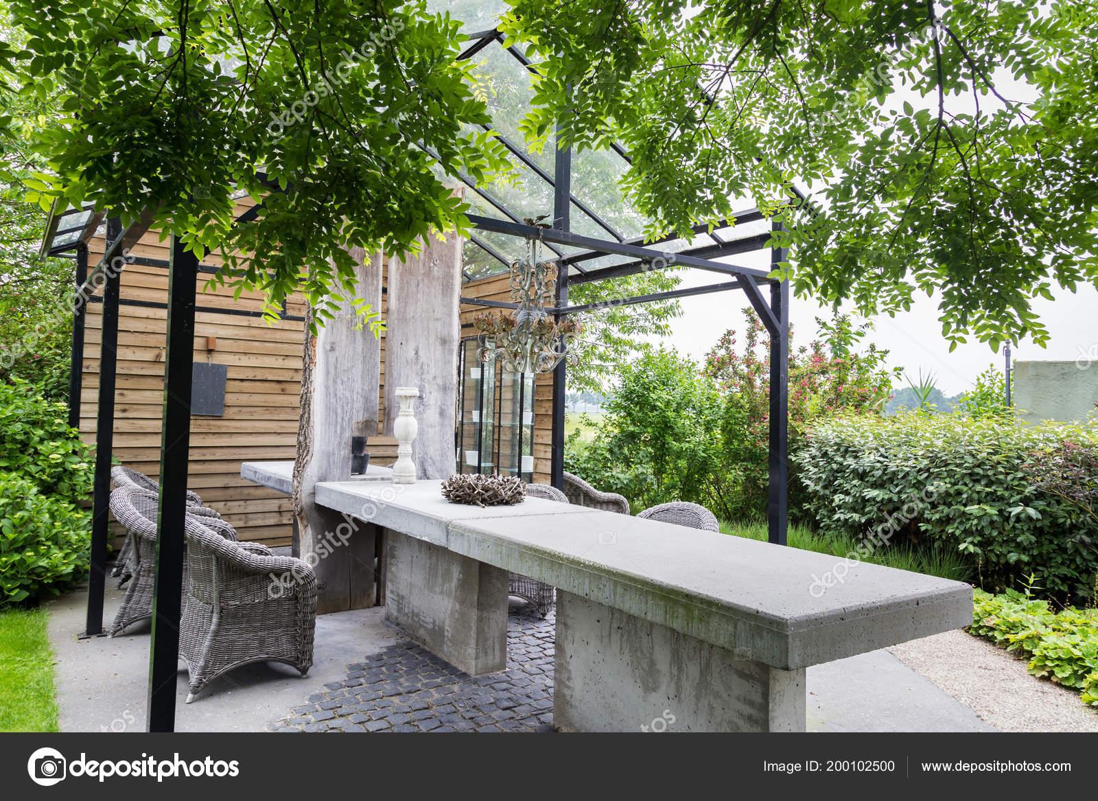 Jardín De Diseño Con Terraza De Una Casa Verde Foto De
