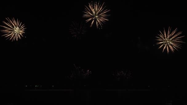 Zlatý velký lesklý ohňostroj s bokeh světly na noční obloze. Zářící ohňostroj. Silvestrovská oslava ohňostroje. Fireworks Festival.