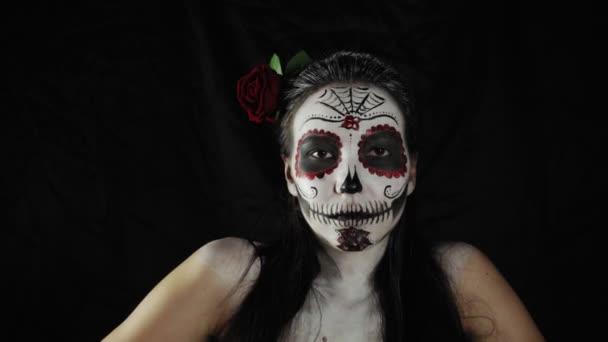 Halloween, der Tag der Toten. Porträt einer jungen Frau mit Calavera Katrina Make-up.