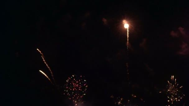 Zlatý velký lesklý ohňostroj s bokeh světly na noční obloze. Zářící ohňostroj