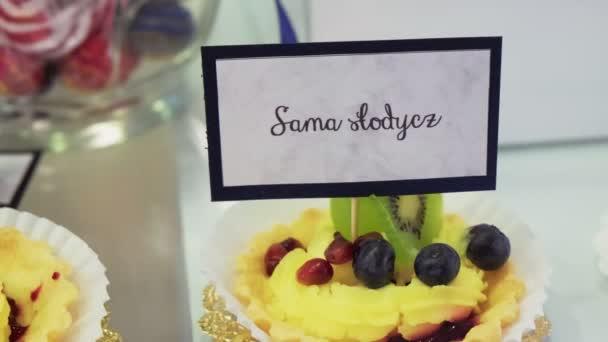 Malý krásný smetanový dort zdobený ovocem a bobulemi
