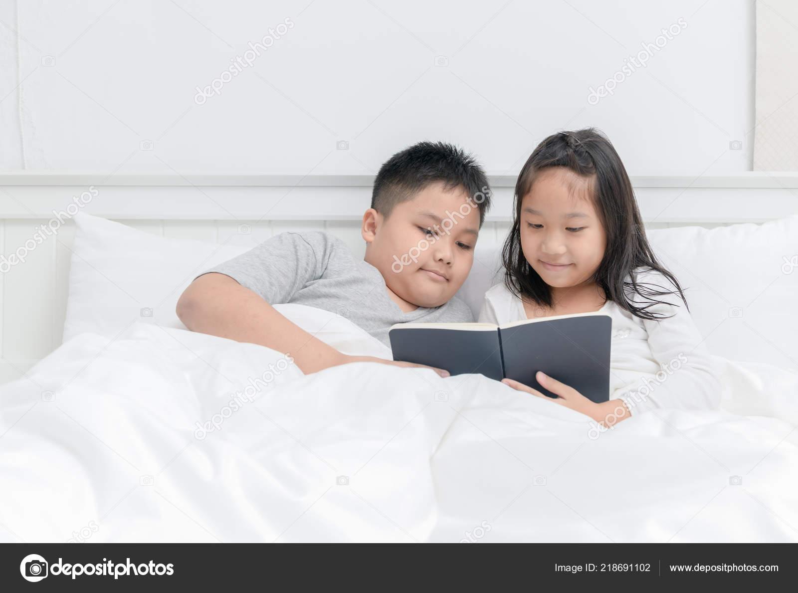 Сестра читала книгу а брат начал приставать, Сестра пристаёт к брату -видео. Смотреть Сестра 20 фотография