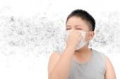 Fettleibige Dicke Schutzmaske tragen zum Schutz der Umweltverschmutzung und die Grippe isoliert auf weißem Hintergrund, gesundes Konzept