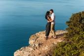 Fotografie Mann und Frau auf einem Felsen am Meer umarmt. Flitterwochen. Hochzeitsreise. Jungen und Mädchen am Meer. Mann und Frau reisen. Paar Umarmungen. Paar küssen. Frisch verheiratetes Paar. -Liebhaber. Romantik Urlaub