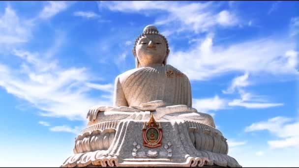Nagy fehér Buddha a Phuket. Nagy fehér Buddha alatt úszó felhők, idő telik. A fő attrakció Phuket. Buddhista templom Ázsiában. Egy nagy szobor egy ülő Buddha