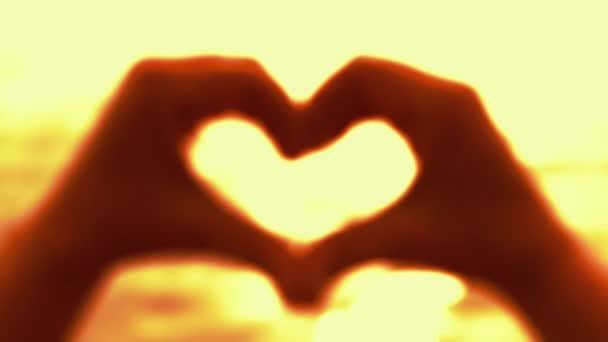 a szív alakját alkotó kezek