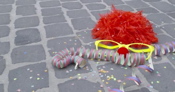 Směšnou paruku, brýle přestrojení, nos z pěnového materiálu, stuhami a Sprška konfet - koncept karneval nebo oslavu koncept - Prores