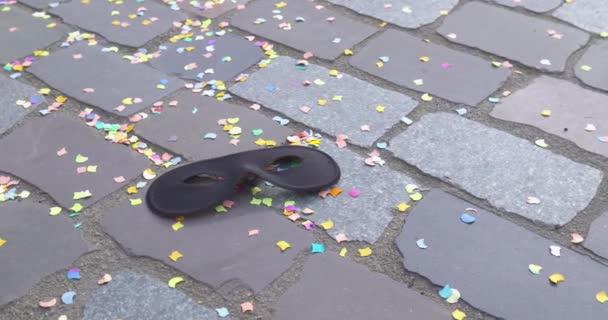 Utcabál - konfetti és a karneváli maszk egy utcában - karnevál koncepció vagy ünnep fogalma - kamera pan - Prores